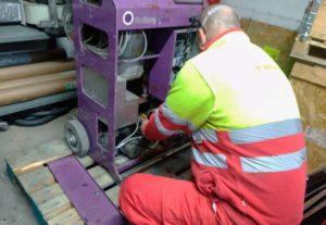 Mecánico reparando Sprayform